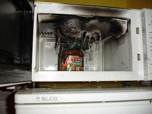 horno de microondas desecho por una explosión
