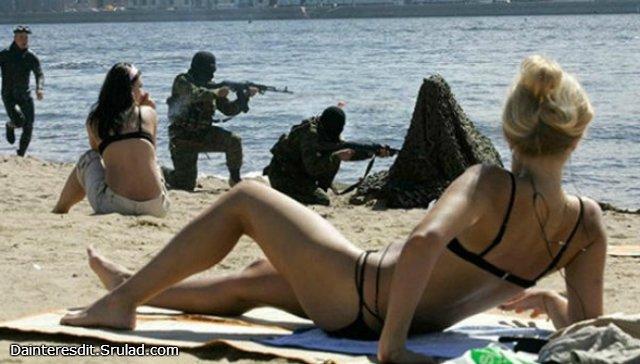 chicas en la playa, con paramilitares de fondo