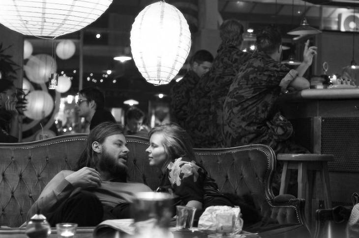 amigos discutiendo en un bar viendose a los ojos fijamente