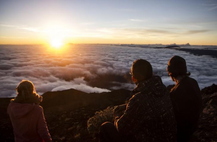 amigos mirando al horizonte en lo alto de una montaña