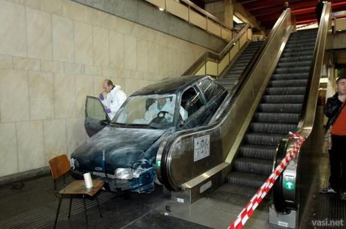 carrro queda atorado en las escaleras del subterraneo