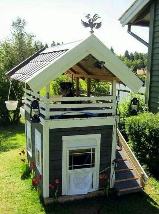 casa del jarin para perrito con un gallo en el techo
