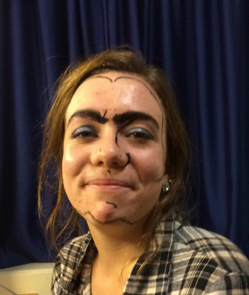 mujer con el rostro pintado con lineas negras