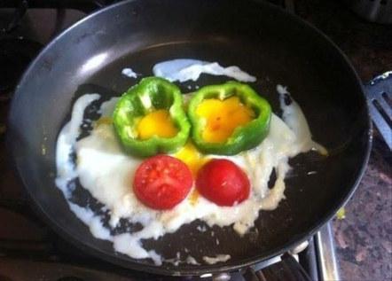 huevos con pimiento y tomate en una sartén