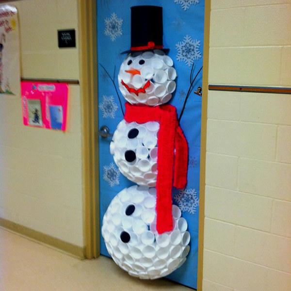 hombre de nieve hecho con tapas de galones de agua