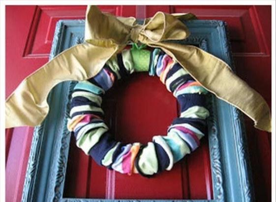 corona navideña en una puerta