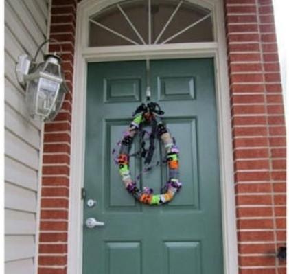 puerta con una corona navideña colgada