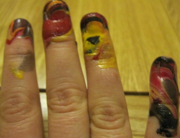 dedos de las uñas manchados con esmalte