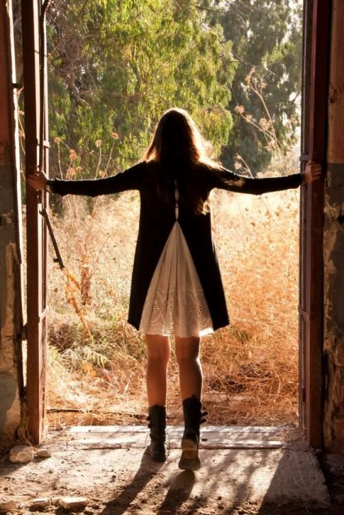 mujer abriendo ventana ahacia un nuevo comienzo