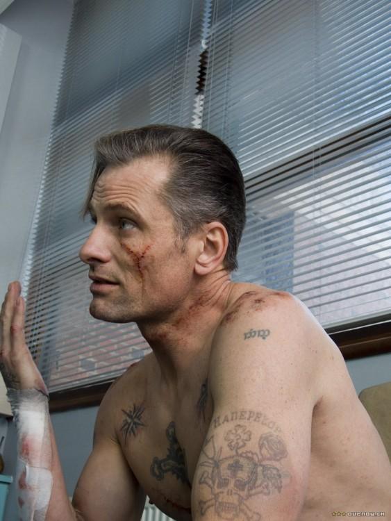 hombre carcelario con cicatrices en el rostro