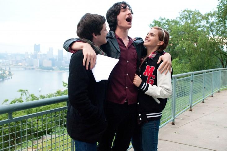 ema watson riendo con sus amigos