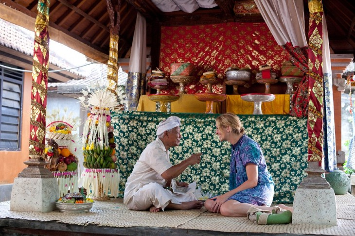 julia roberts en platica con hindú