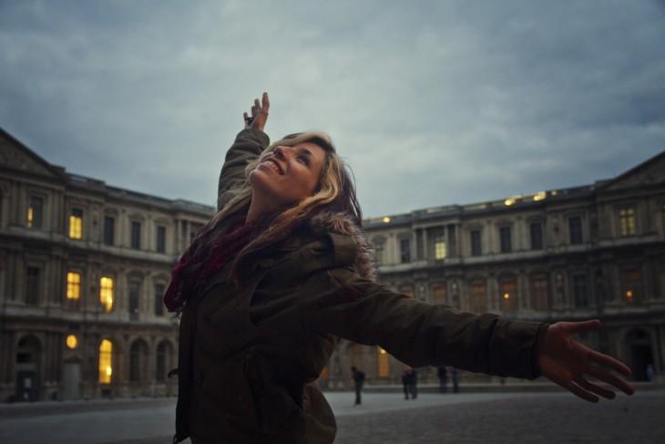 mujer sonriendoen la plaza sola