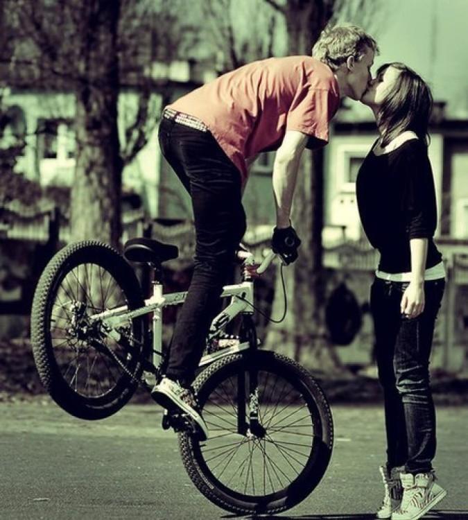 chavo besando arriba de la bici