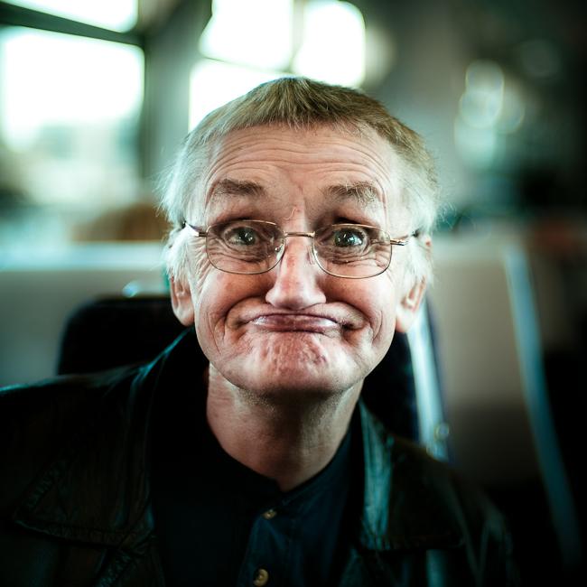 adulto mayor con cara de chiste en el transporte público