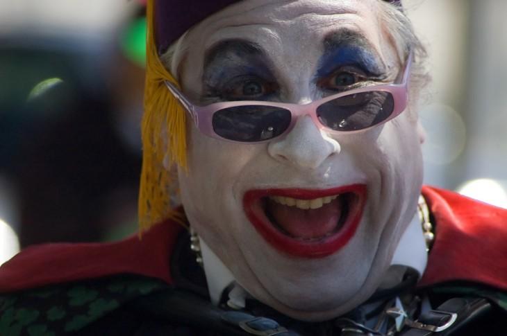 hombre maquillado con cara de payaso y lentes en el que su arlmazon cambia de color