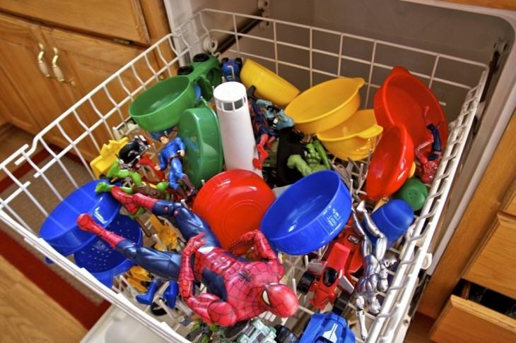 juguetes en lavaplatos