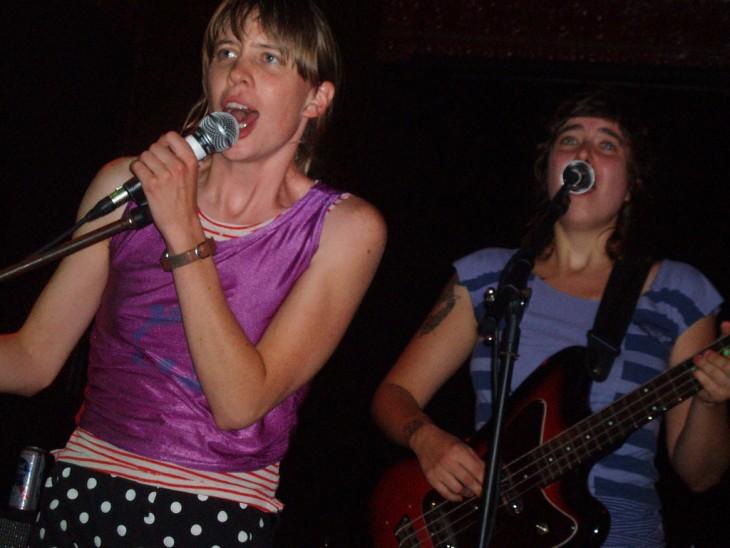 chavas cantando a todo pulmon desde un escenario