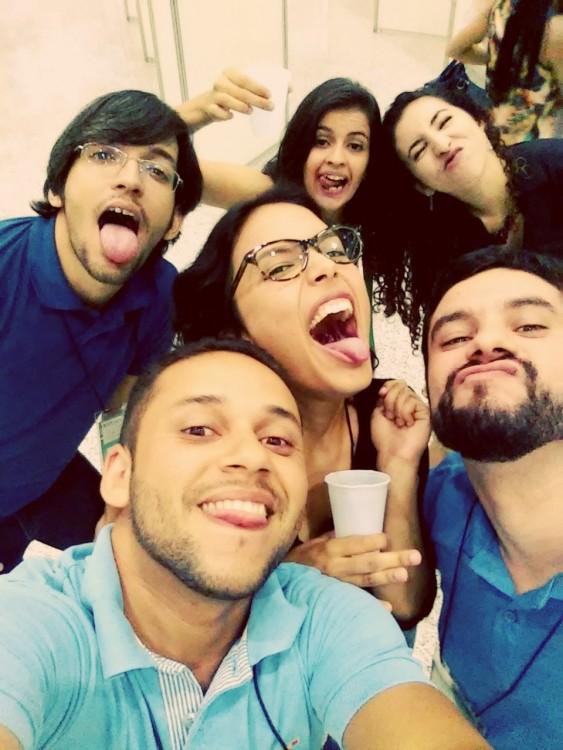 amigos felices se toman selfie grupal