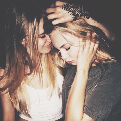 amigas abrazandose dandele consuelo