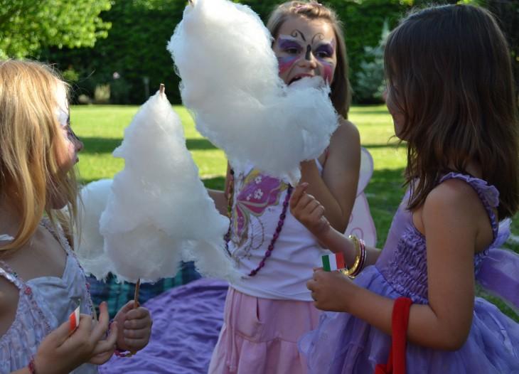 niñas comiendo algodon de azucar en una fiesta intantil