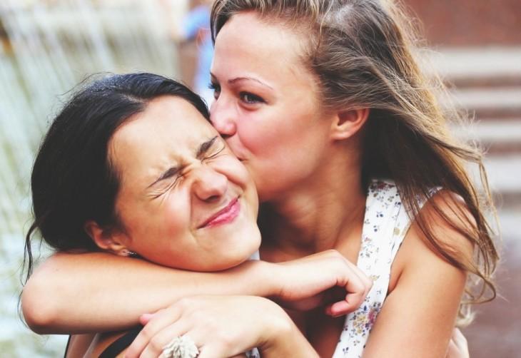 amigas dandose un beso amistoso