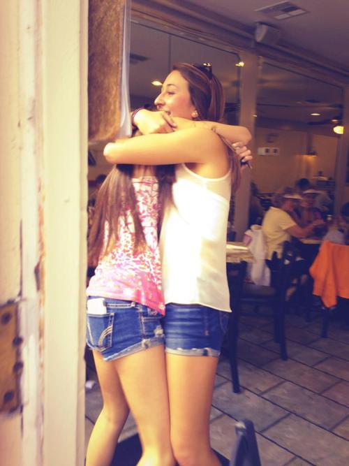 mujeres se abrazan después de no verse por mucho tiempo