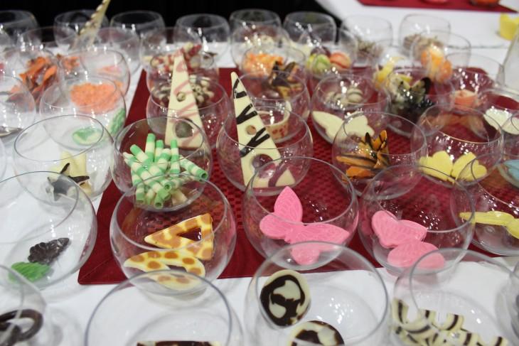 copas con chocolate blanco como decoración