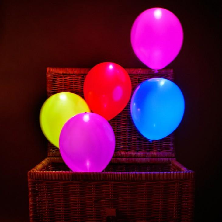 globos luminiscentes que salen de una canasta