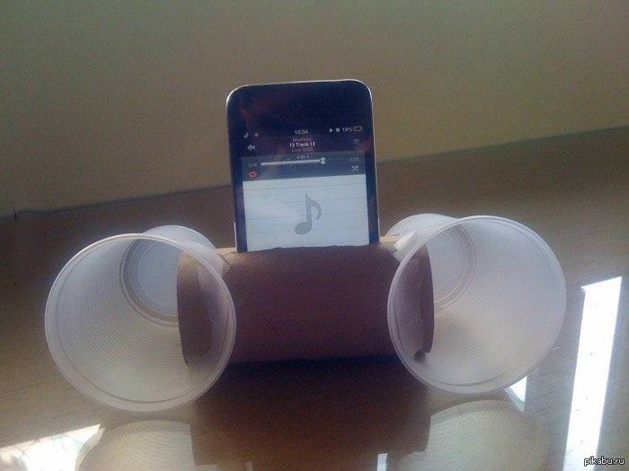 bocina reciblable con un rollo de papel y dos vasos de plastico para el movil