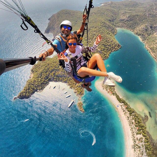 selfie en el paracaidas en pareja