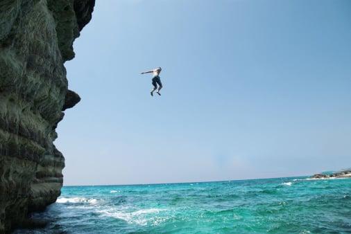 arriesga su vida por sentir adrenalidan sobre las olas del mar