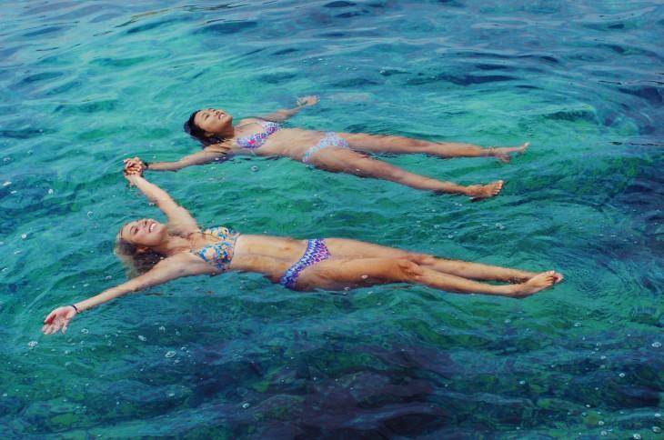 amigas nadando en el mar