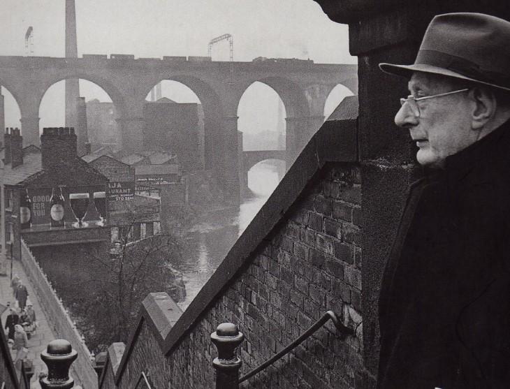 hombre mayor junto a un puente