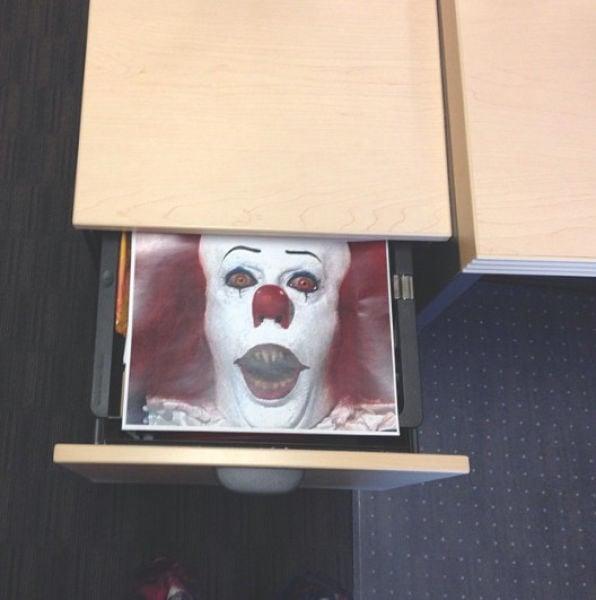 Foto de payaso eso en el cajon de la oficina de un compañero