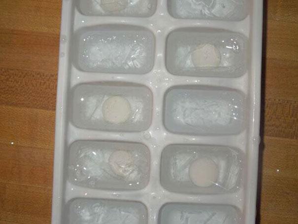 broma de mentos en los hielos para la soda
