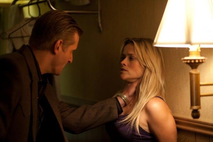 pareja discutiendo el novio la toma del cuello