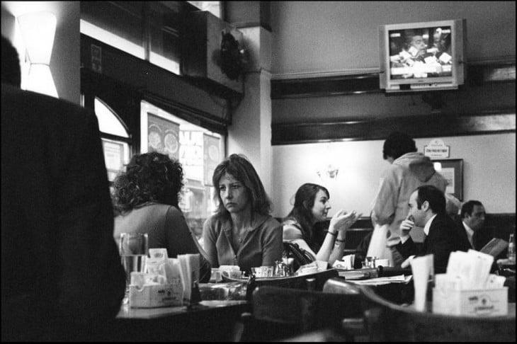 restaurante con mujeres ansiosas