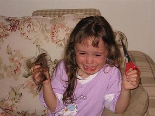niña se corta el cabello y llora al darse cuenta