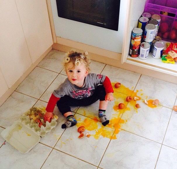 niño rompe todos los huevos de la despensa