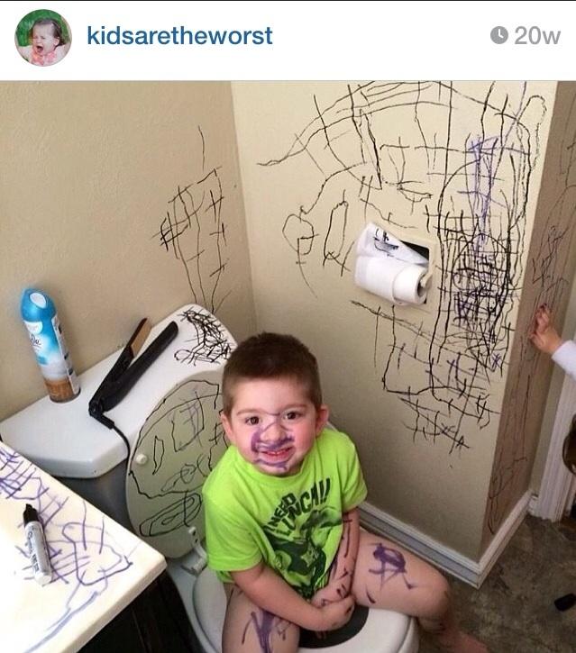 niño se pinta y pinta todo el baño con marcador negro