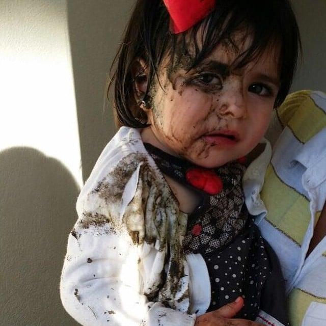 niña ensucia de chocolate su sueter blanco y la regañaron