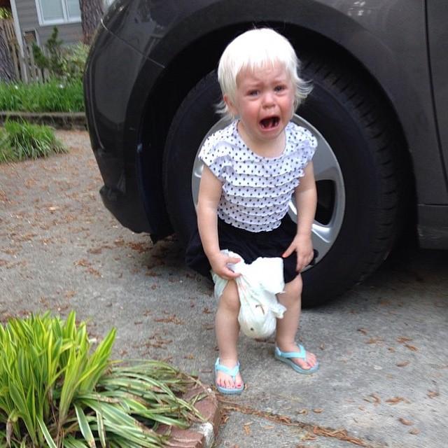 niña con el pañal muy sucio llorando