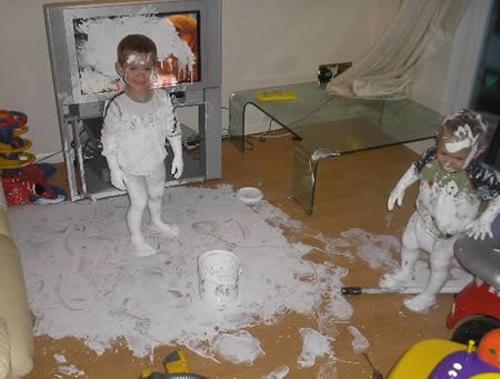 niños pintan con acrilico televisión de plasma