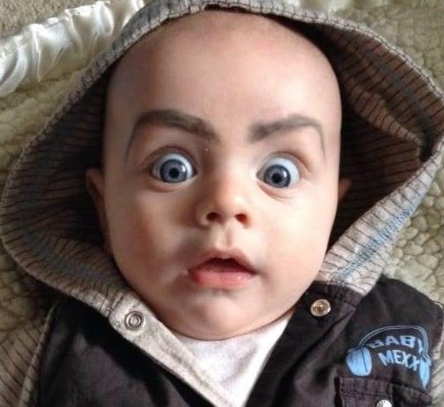 niño con cejas pintadas con cara de sorprendido