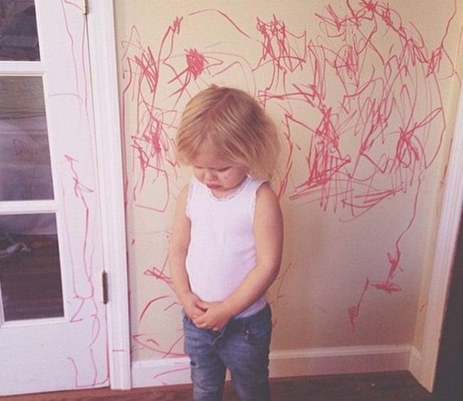 niño pintó de rojo la pared y se siente culpable