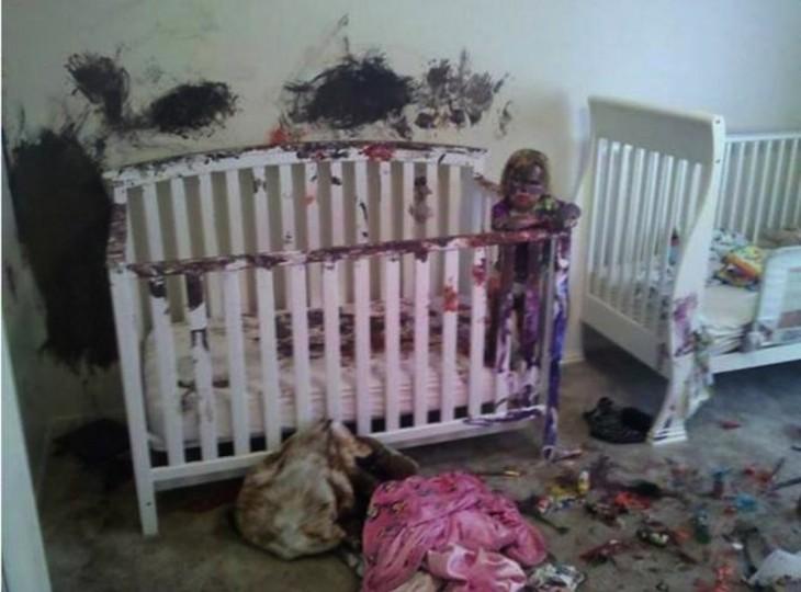 niño se pinta y pinta la habitación completa