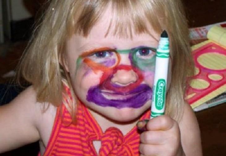 niña se pinta lacara y parece payasa