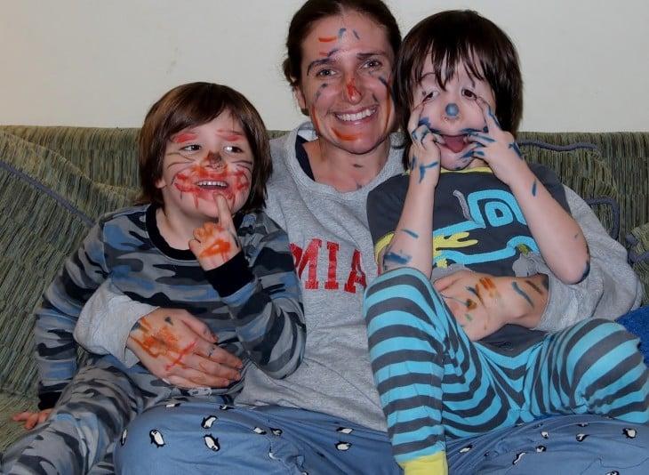 madre se deja pintar la cara por sus hijos