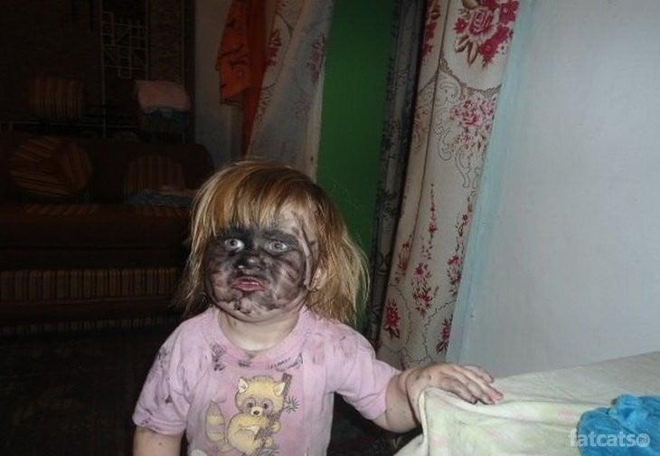 niña se pinta toda la cera negra